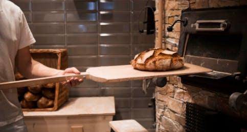Il pane cotto nel forno a legna