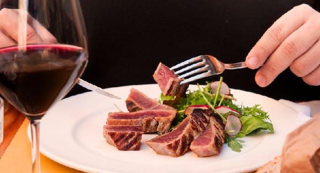 I secondi di Eataly: tagliata di tonno, insalata e calice di vino