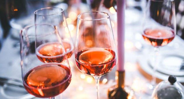Come si fa e come si abbina il vino rosato