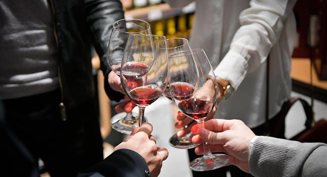 Brindisi con calici di vino - Eataly