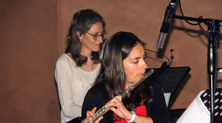 Anne-Christine au clavier et Alice à la flute traversière