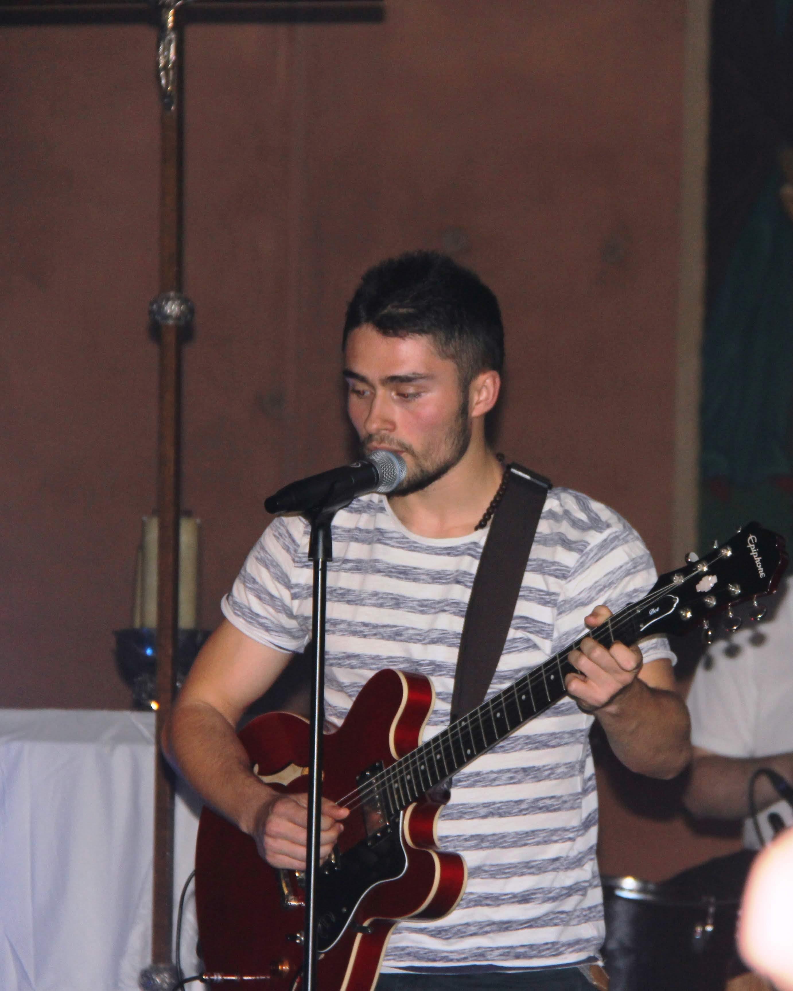 Adrien à la guitare et au chant