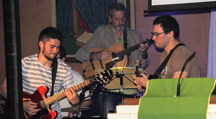 Adrien, Alain et Laurent à la guitare