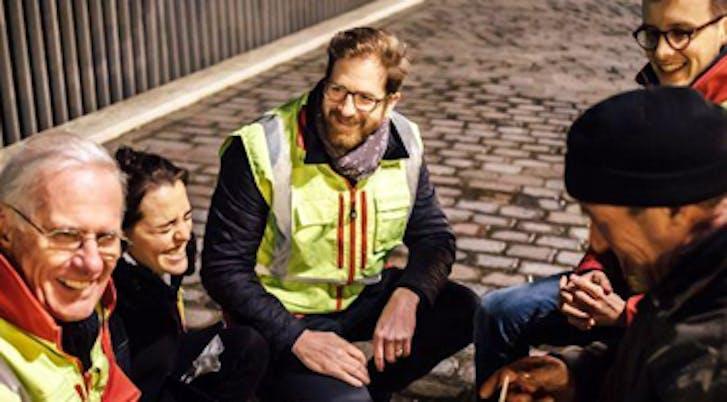 Un temps de repos et d'échanges dans la rue avec l'Ordre de Malte
