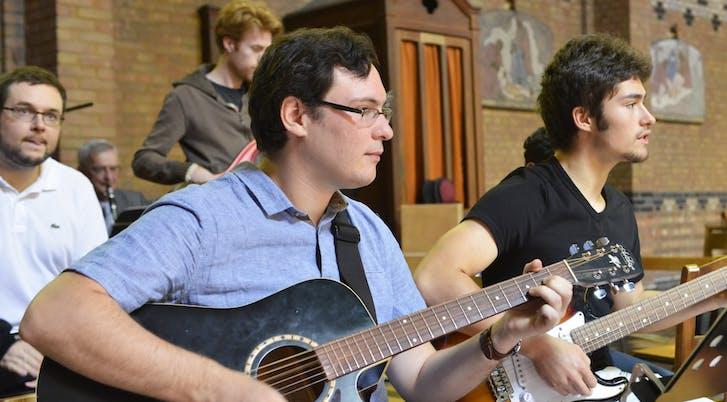 Antoine au cajon, Frédéric à la basse, Laurent à la guitare acoustique et Adrien à la guitare électrique