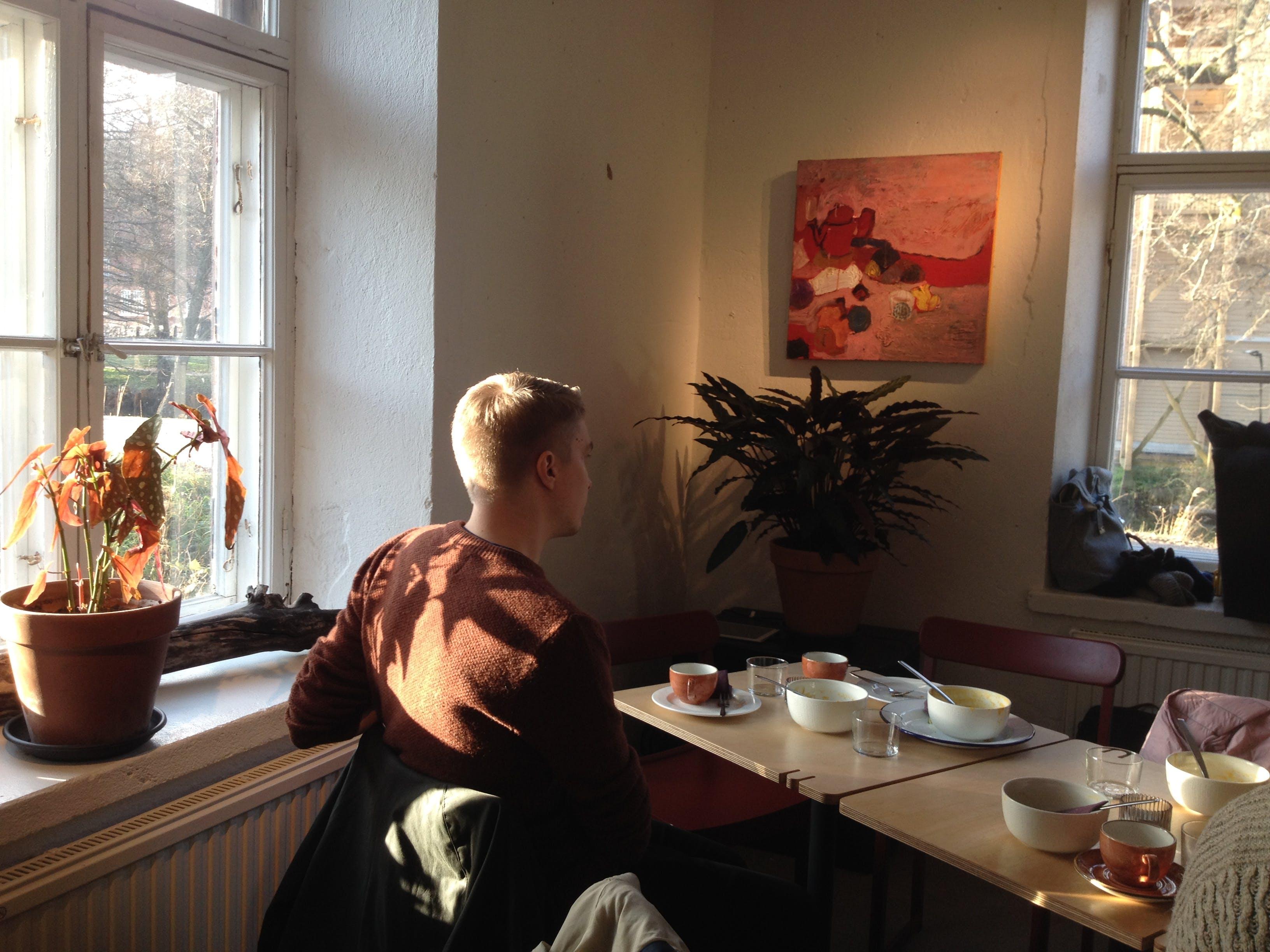 Punainen asetelma, 60cm x 60cm, öljy/tempera kankaalle, 2019, Cafe Pesula Fiskars