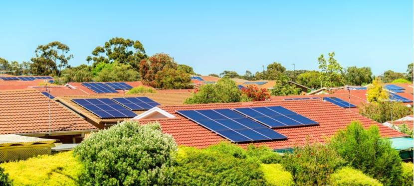 Des maisons avec des panneaux solaires installés sur les toits
