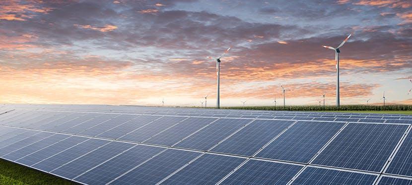Des éoliennes et des panneaux solaires