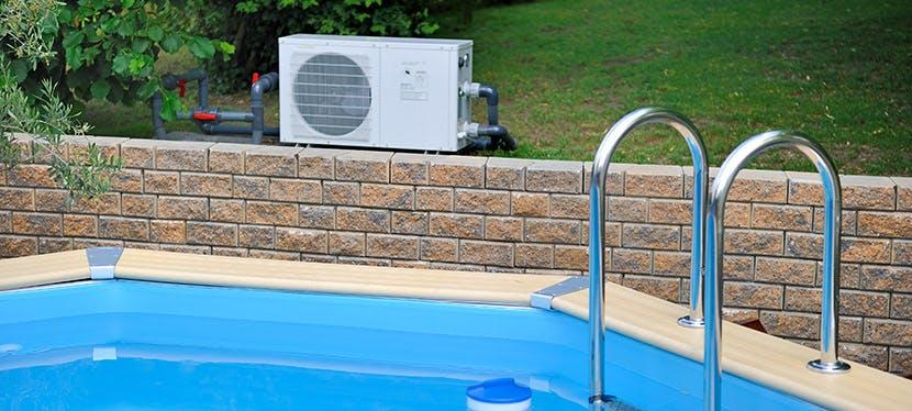 Une pompe à chaleur (PAC) air/eau installée à côté d'une piscine