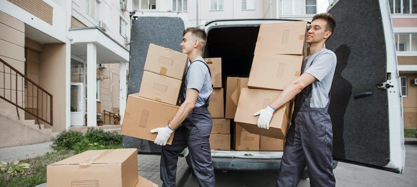 Professionnels et leur camion de déménagement