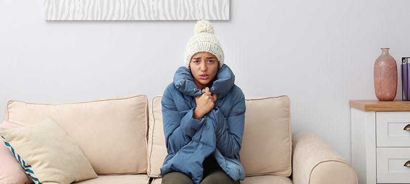 Une femme qui a froid dans sa propre maison
