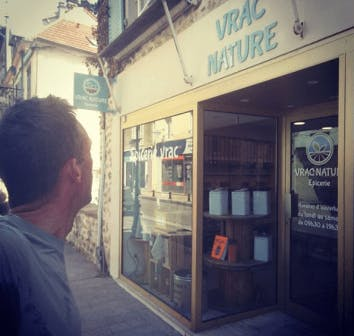 Photo de David, le papa de la Geeener Family, devant une boutique de vente en vrac