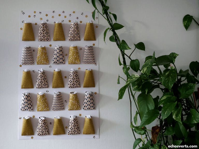 Photo d'un calendrier de l'Avent fait maison accroché sur un mur