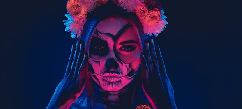 Une femme maquillée pour Halloween