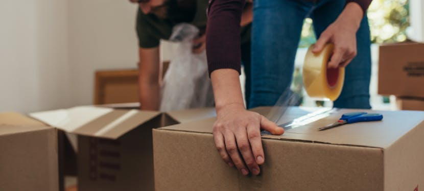 Un couple fait ses cartons pour leur déménagement