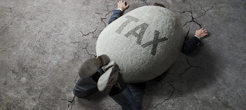 Un homme écrasé sous un rocher