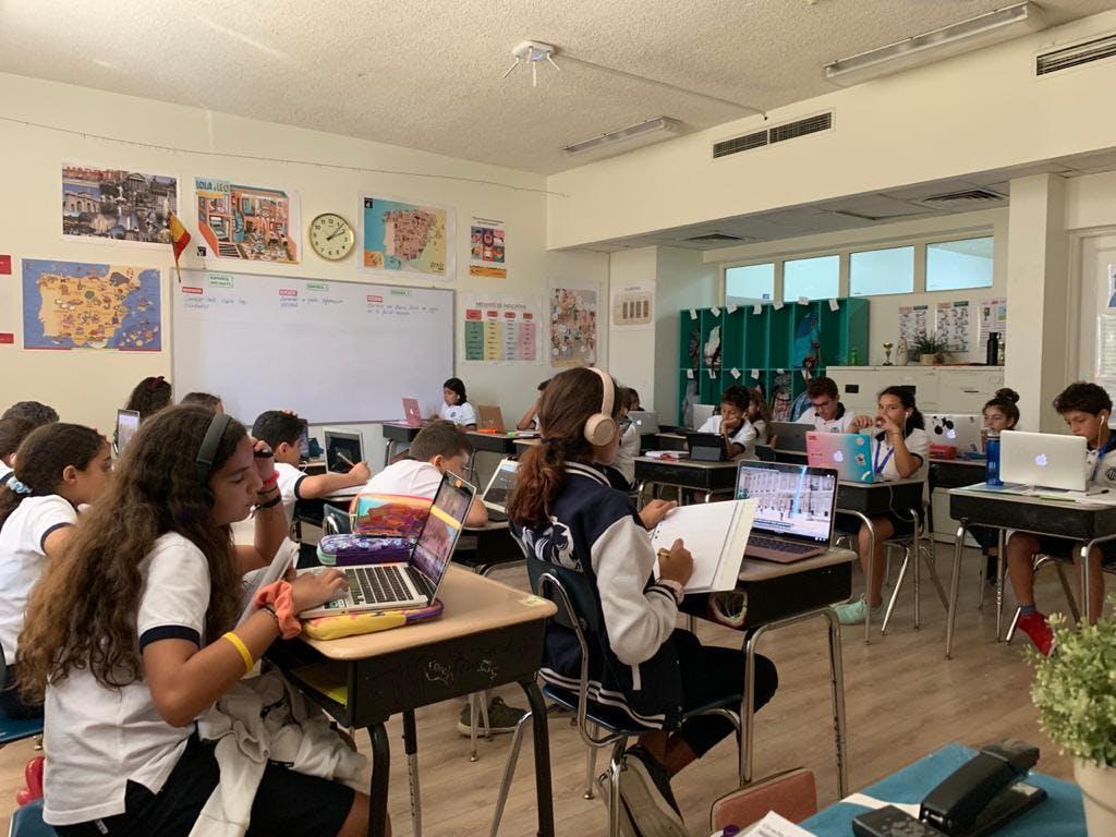 Clase de las TIC usando Nearpod con los alumnos, hablando de Barcelona y la Sagrada familia