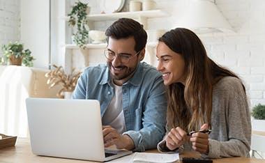 Jeune couple qui cherche une solution pour financer l'achat de son futur appartement neuf