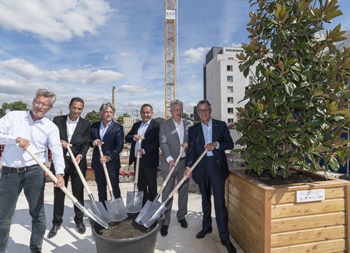 """Plantation du premier arbre du programme immobilier neuf à Saint-Ouen """"Vogue"""""""