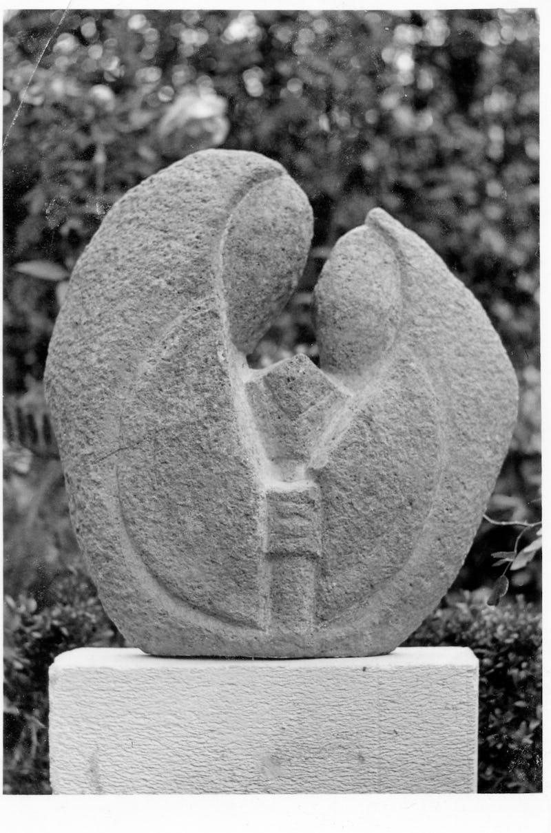 Sculptură în piatră reprezentând o mamă și copilu ei