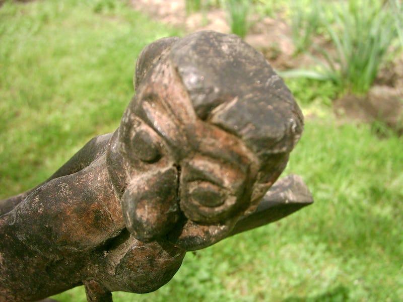 Rădăcină de copac sub forma unui cap de maimuță