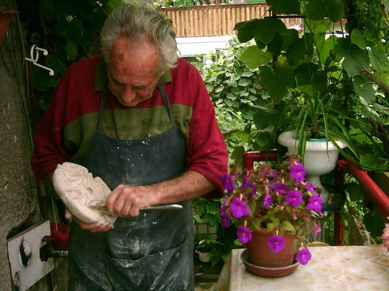 Emil Mureșan arată tehnica de sculptură