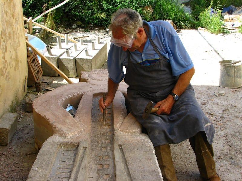 Emil Mureșan sculptează la una dintre lucrările sale