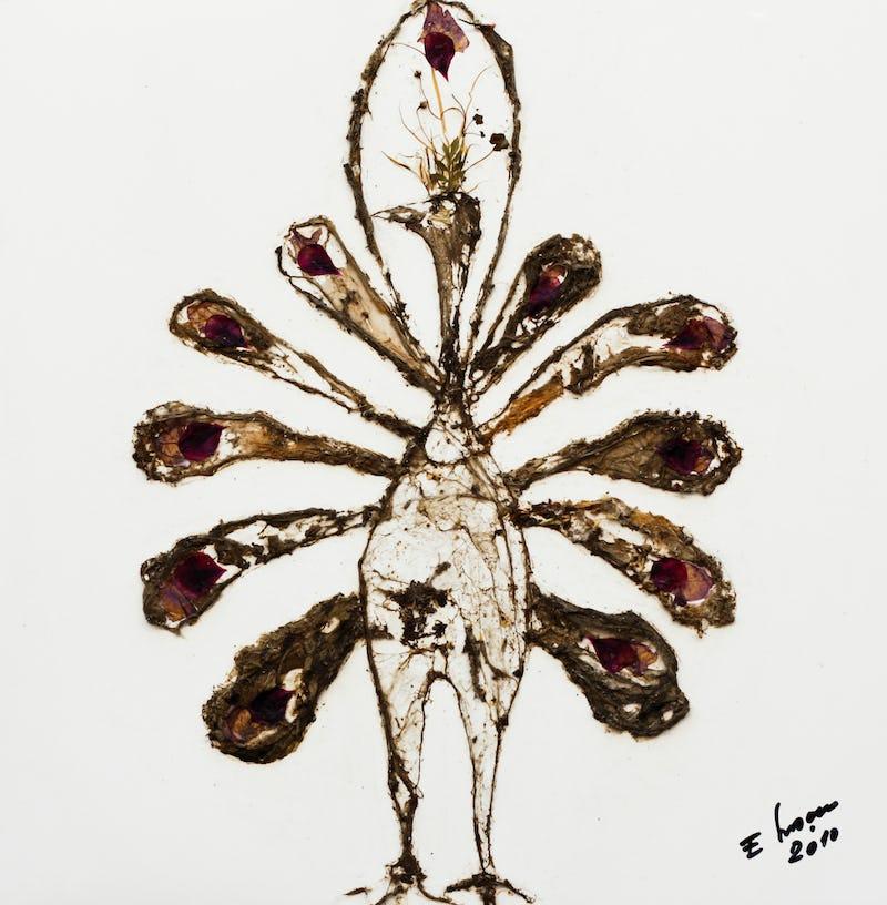 Tablou reprezentând un păun pictat folosind pânză de păianjen