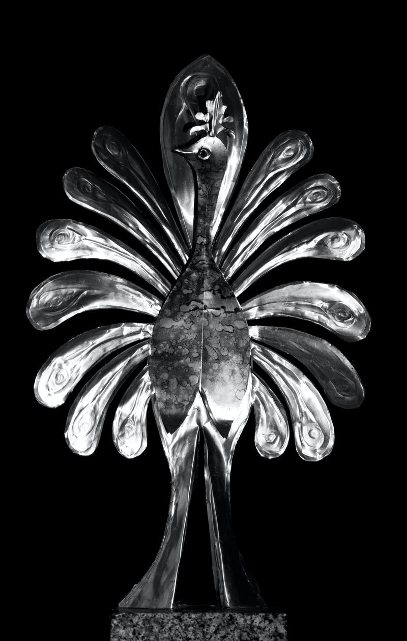 Lucrare din metal reprezentând un păun