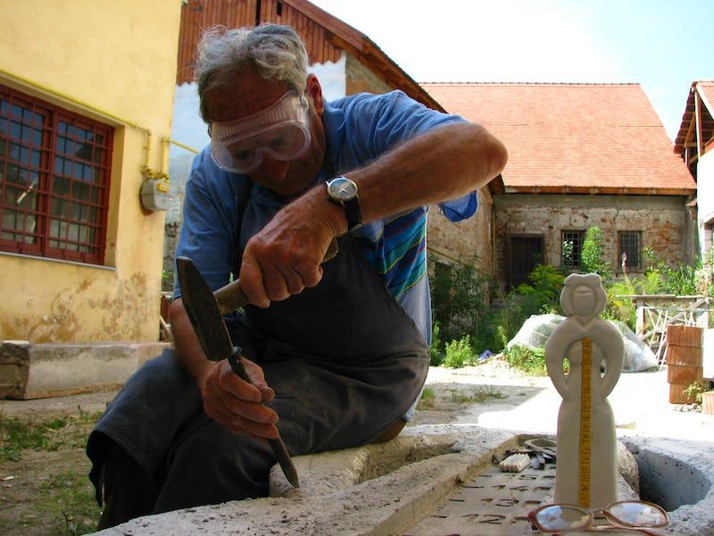 Vedere de ansamblu a lui Emil Mureșan în timp ce sculptează