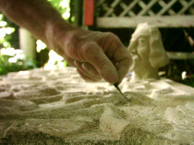 Detaliu cu o daltă aplicată pe o piatră de culoare albă