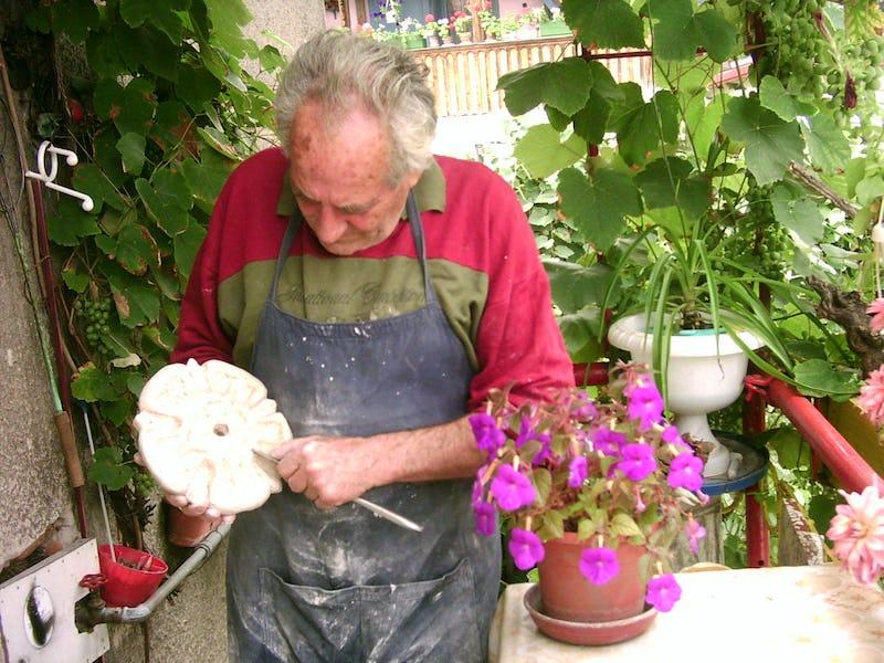 Emil Mureșan sculptează în piatră