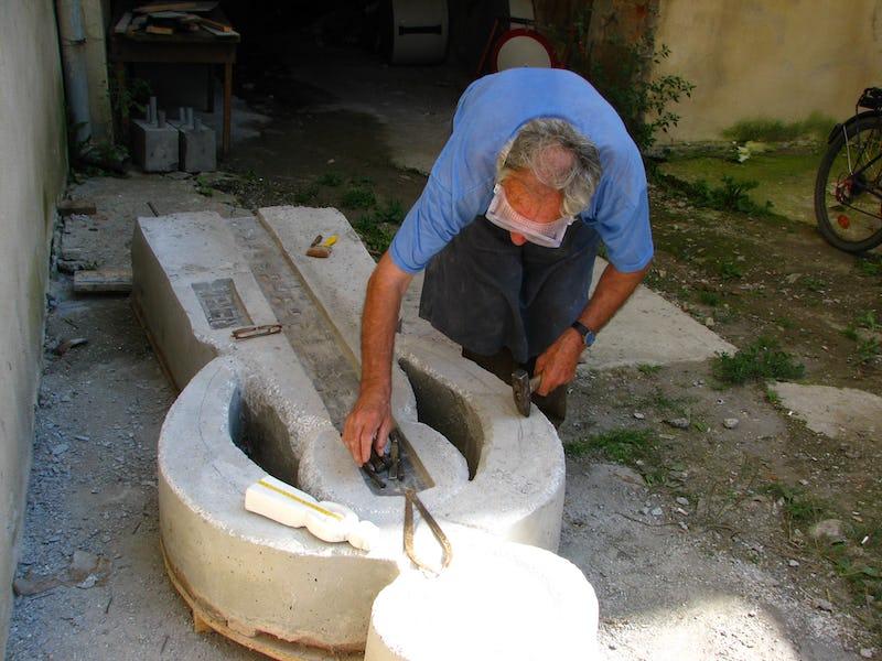 Emil Mureșan măsoară una dintre scultpturile sale