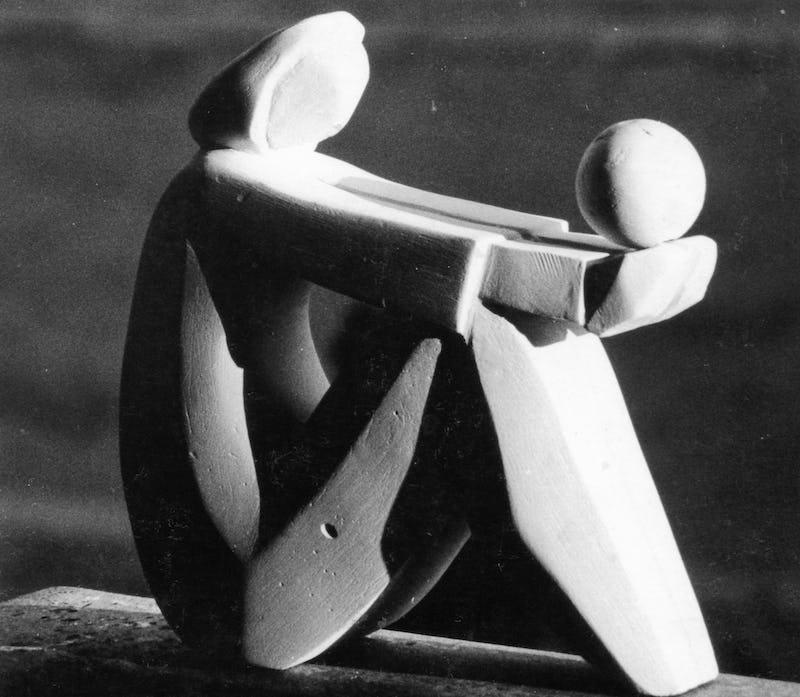 Lucrare abstractă sub forma unei mame care își ține pruncul în brațe