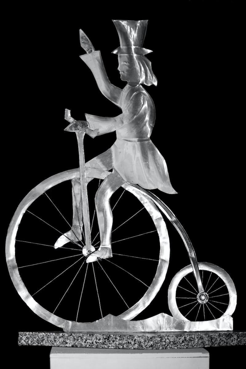 Lucrare în metal cu un biciclist din timpuri medievale