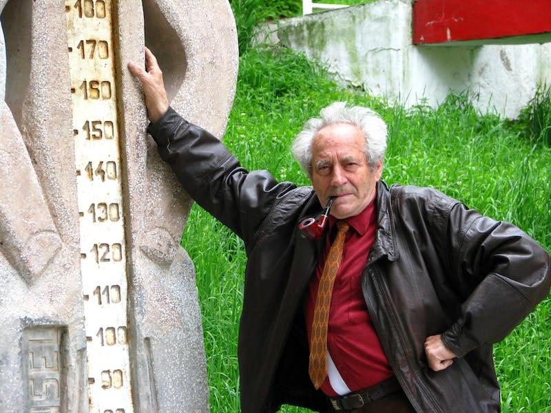 Emil Mureșan alături de una dintre lucrările sale monumentale