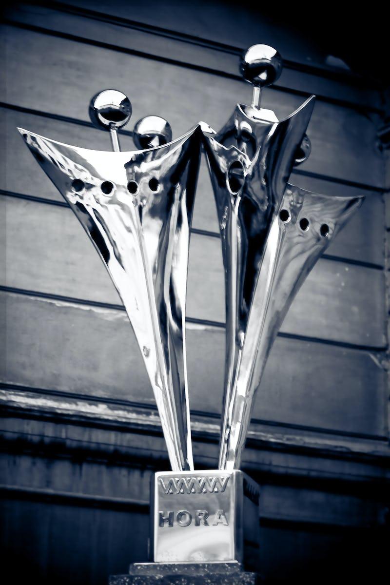 Lucrare din metal reprezentând hora unirii, alb-negru