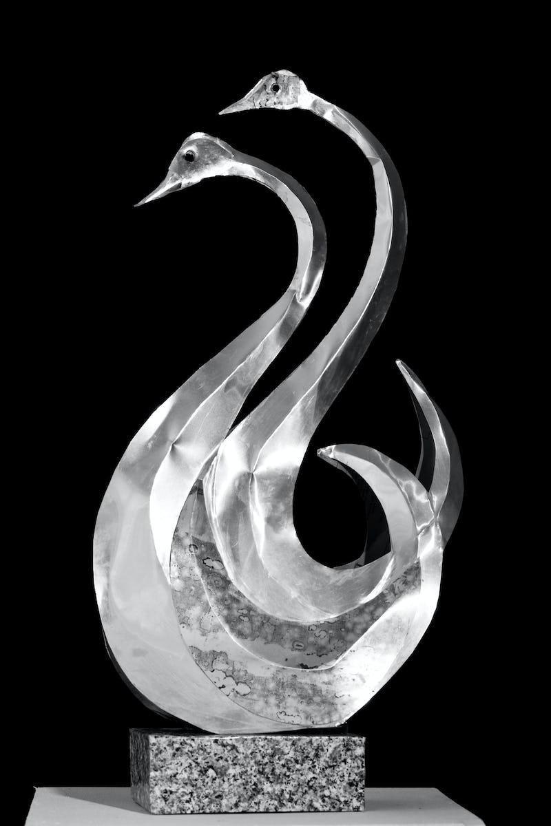 Lucrare din metal reprezentând două lebăde