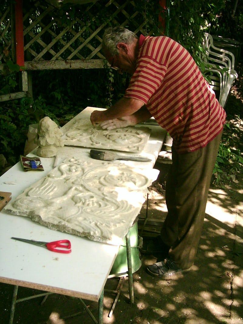 Emil Mureșan în timpul lucrului la una dintre operele sale