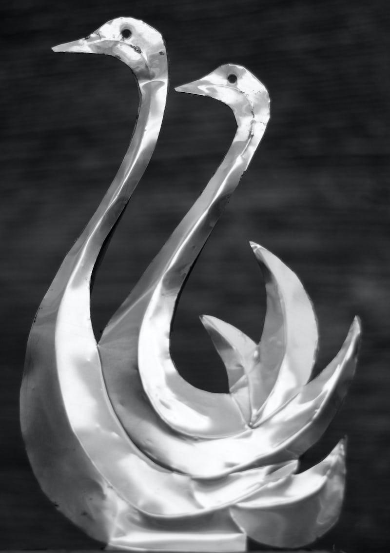 Lucrare din metal reprezentând două lebăde, detaliu