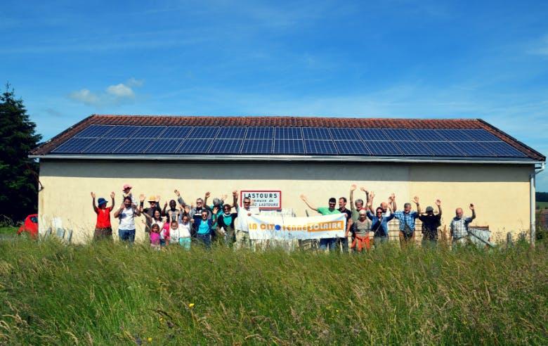 Citoyens de la Citoyenne Solaire devant la centrale solaire des Cantonniers à Rilhac Lastours - Enercoop Nouvelle-Aquitaine