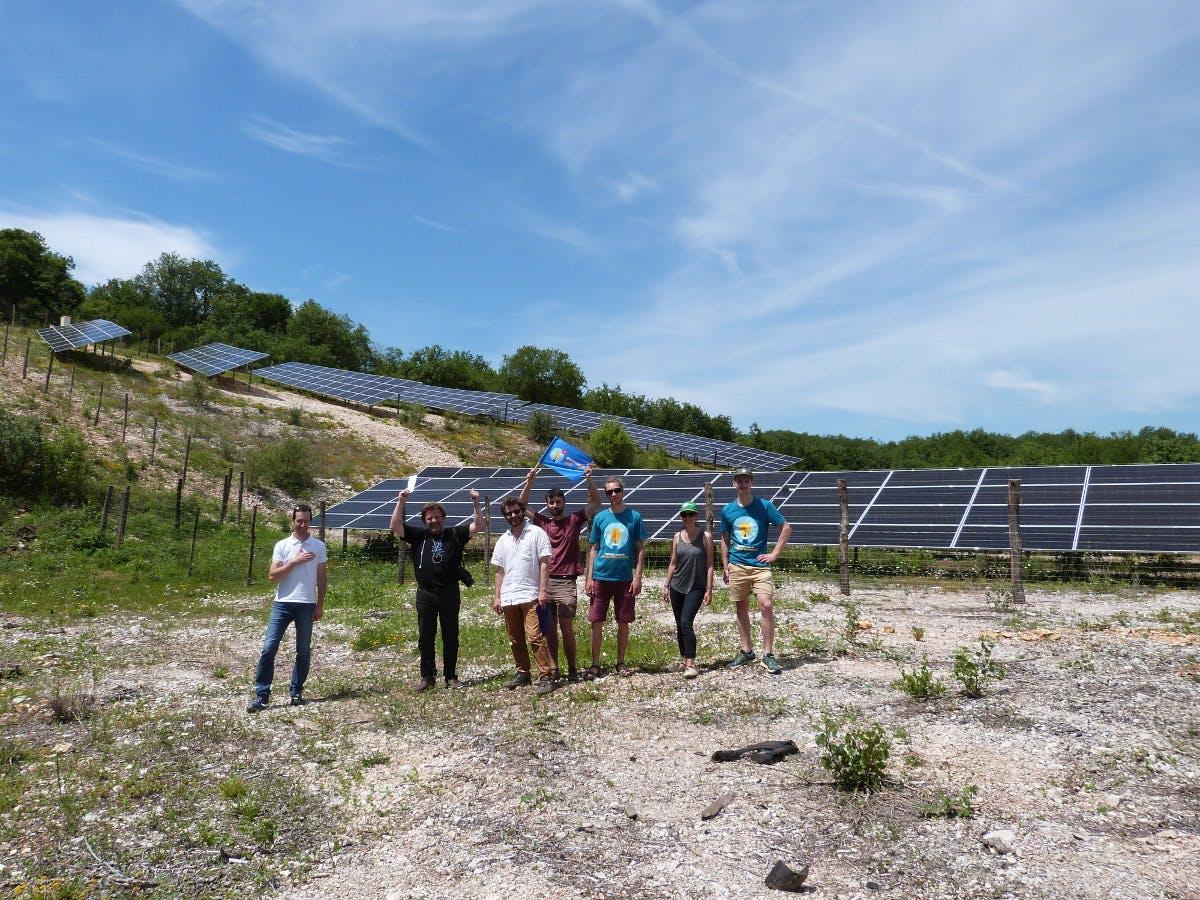 Equipe posant devant le parc solaire Lacombe de la Pature à Lachapelle-Auzac - Enercoop Midi-Pyrénées