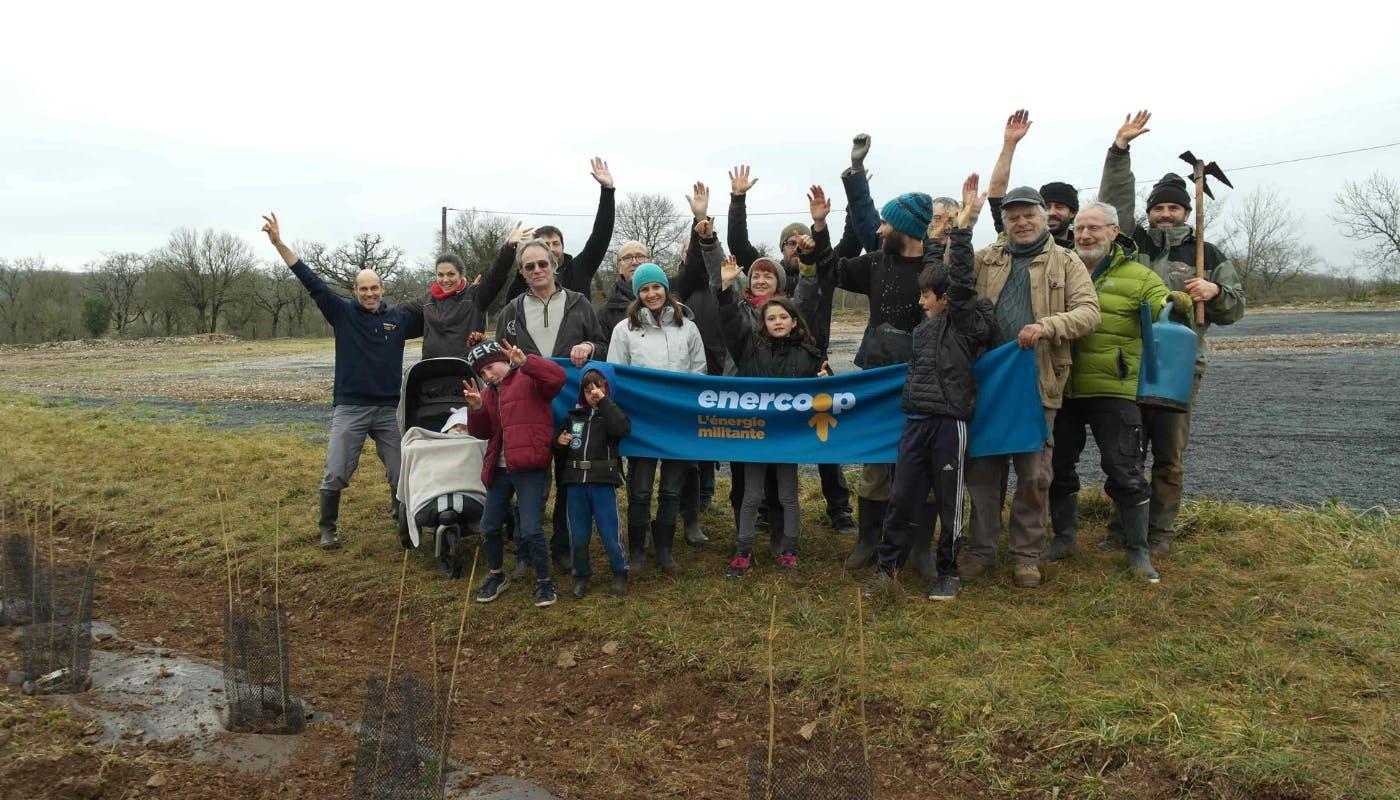 Sociétaires et habitants de Montfaucon après avoir planté la haie autour du par solaire de Vayssière