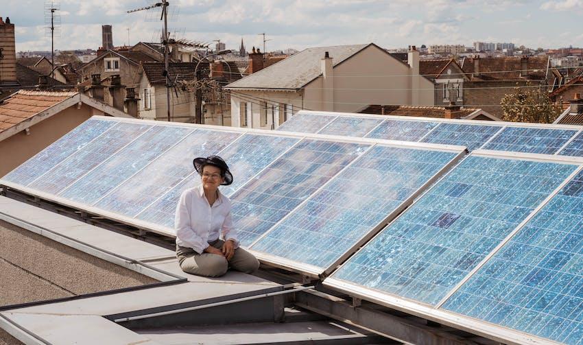 Marie-Colette sur sa toiture solarisée - crédit photo : Lycia Walter - Enercoop Nouvelle-Aquitaine