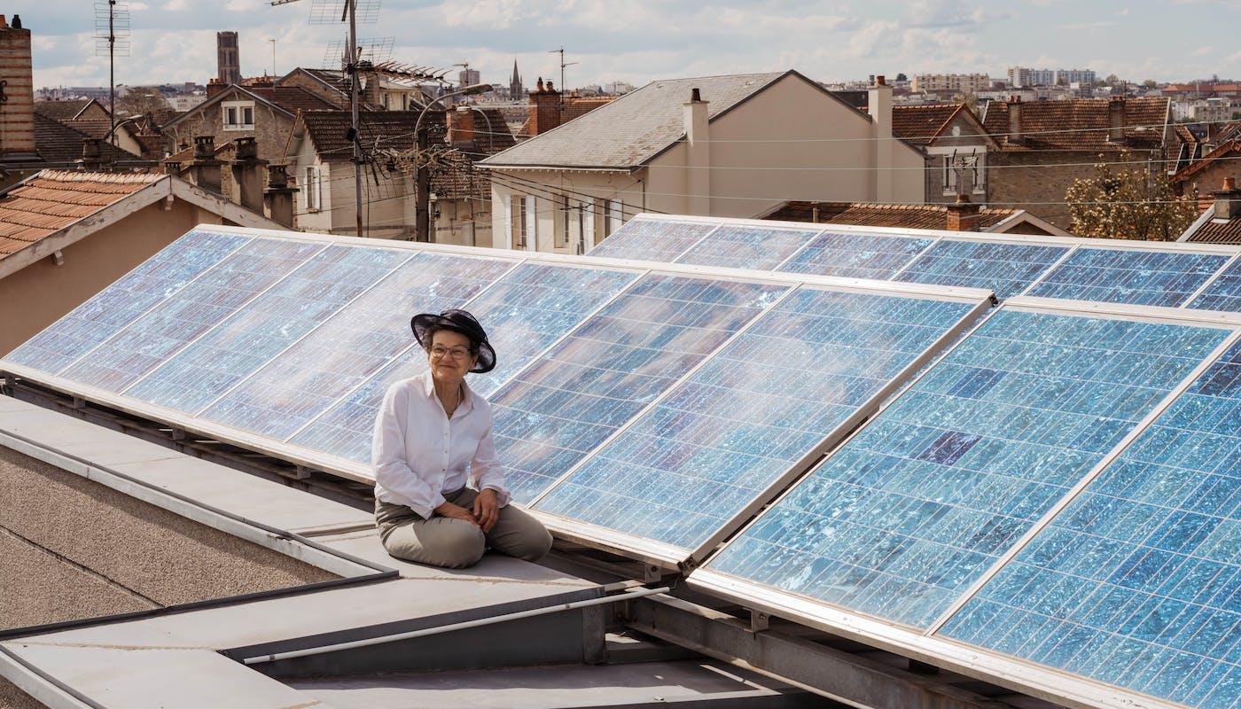 Marie-Colette sur sa toiture - crédit photo : Lycia Walter - Enercoop Nouvelle-Aquitaine