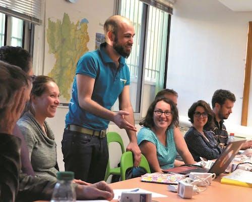 formateur et participants à table