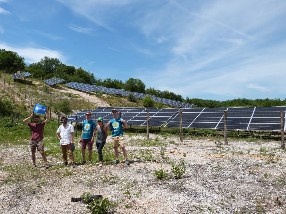 L'équipe Production d'Enercoop Midi-Pyrénées devant le parc solaire de Champ Grézie à Lachapelle Auzac