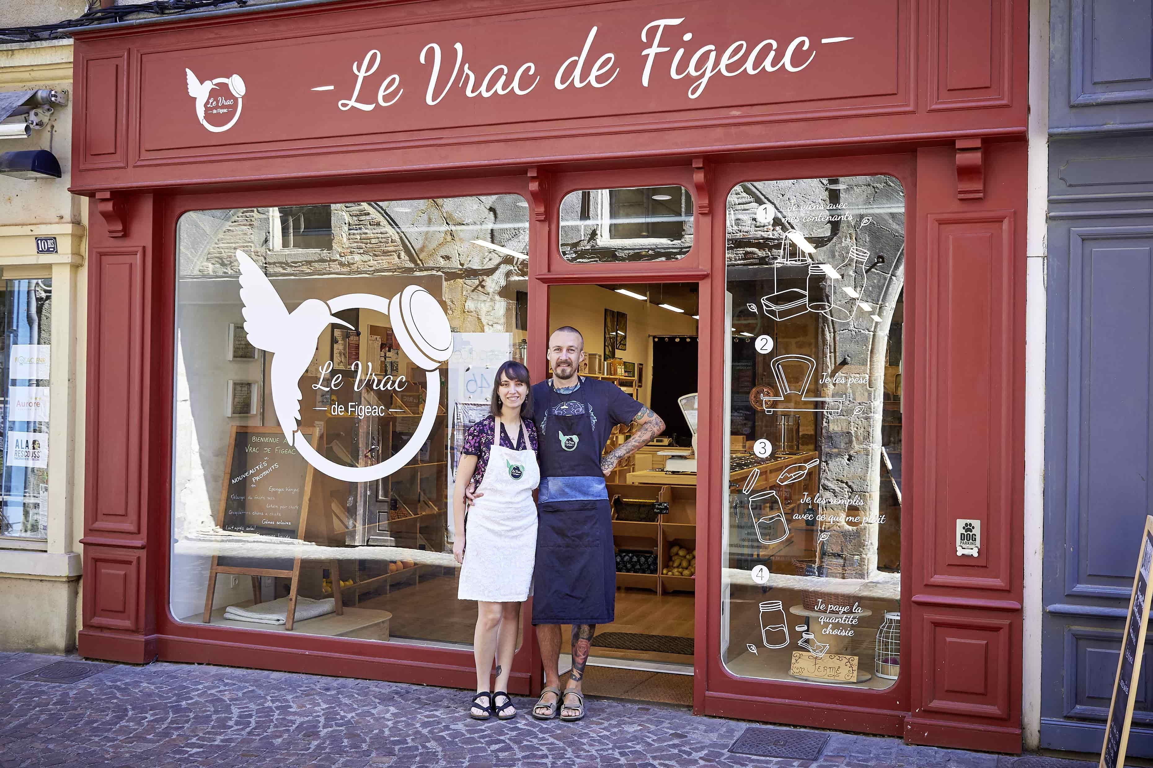 Nicolas et Linda Dupont, gérants de l'épicerie le Vrac de Figeac devant la boutique
