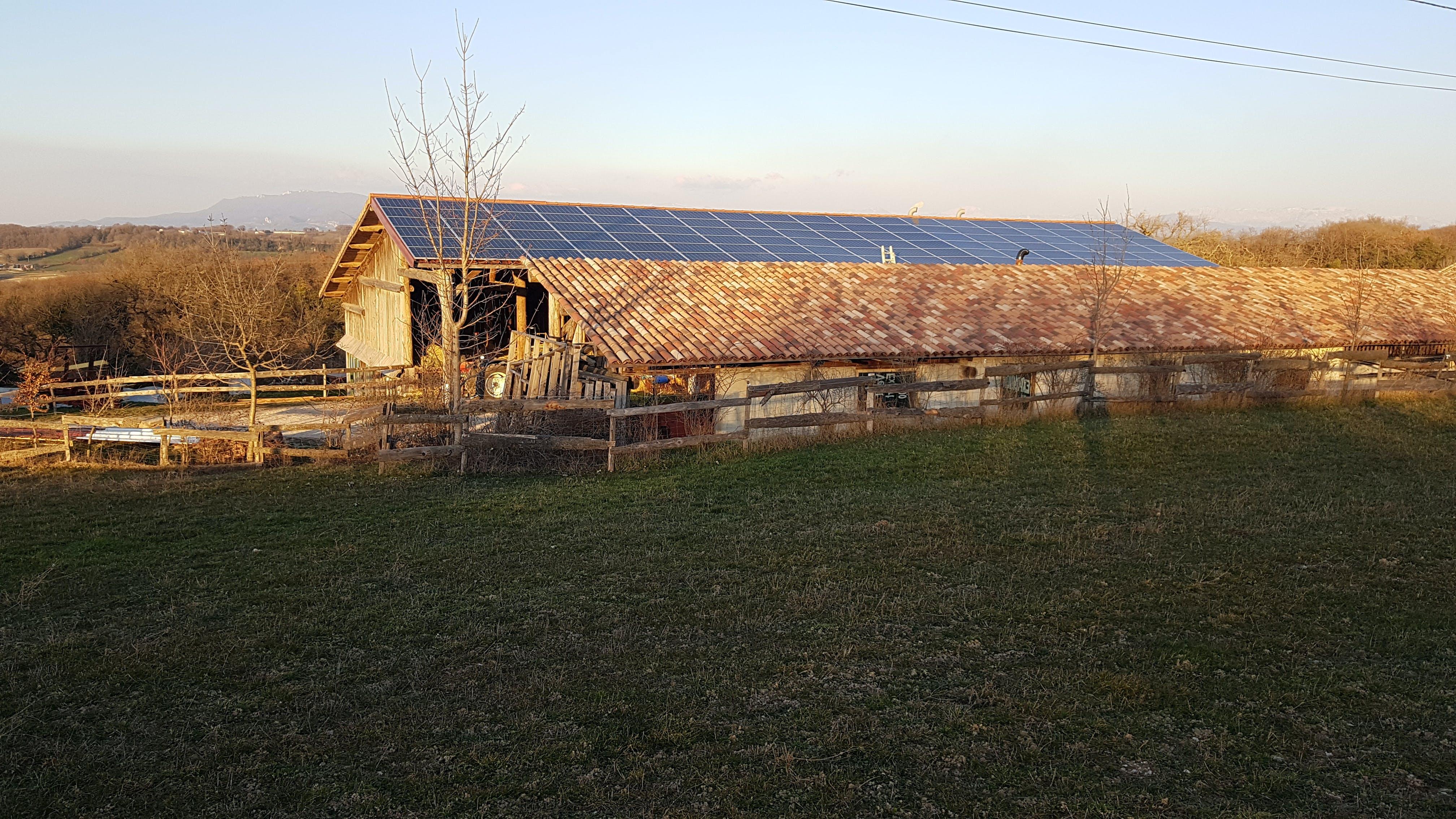 Photo du bâtiment aux Amanins, équipé en panneaux photovoltaïques