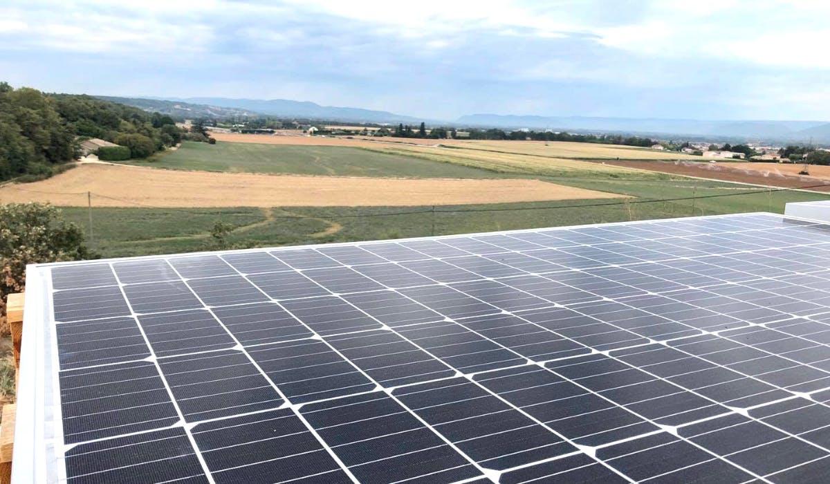 Panneau solaire photovoltaïque avec des champs